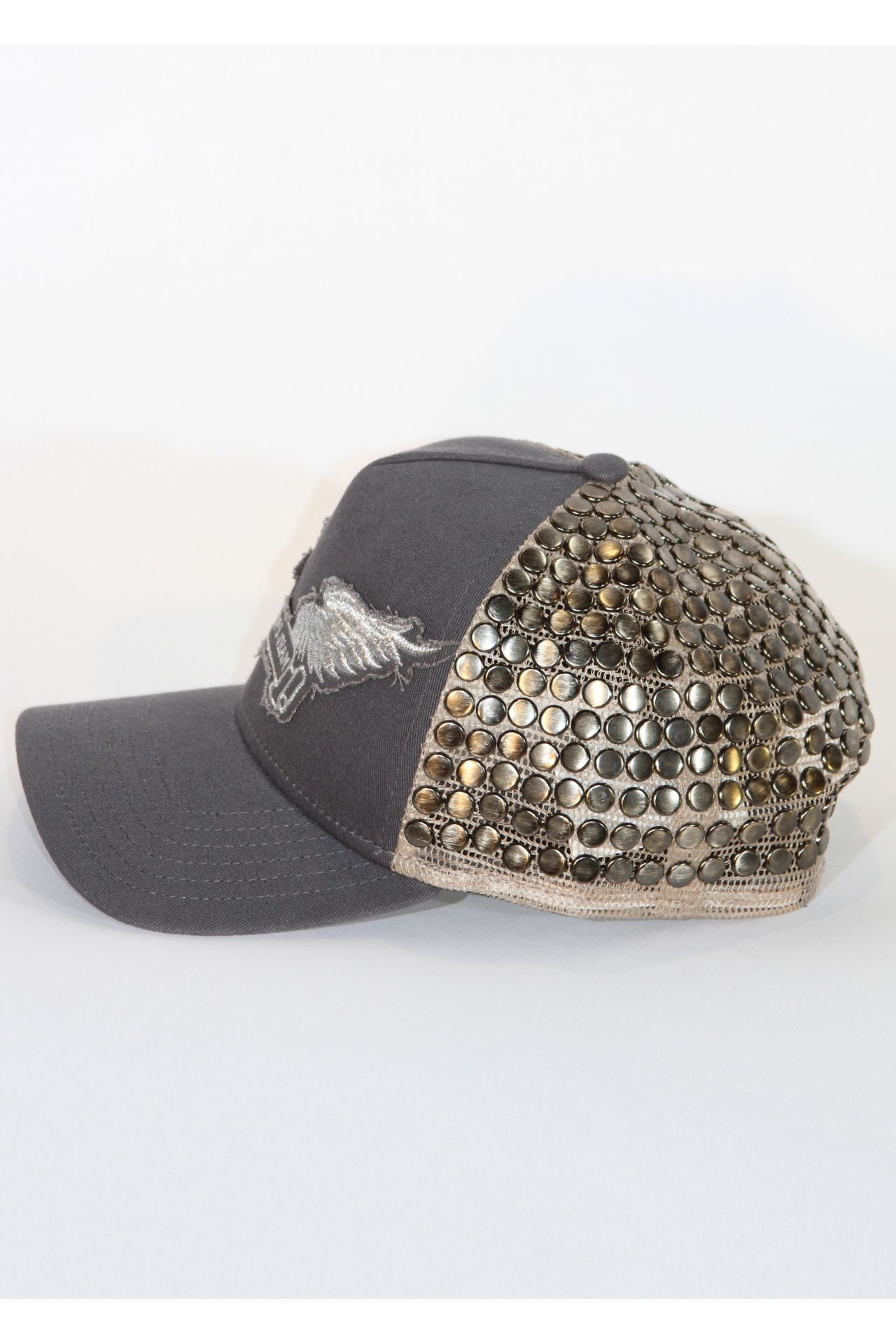 TRUCKER HAT IN CHARCOAL WITH FLAT METAL STUDS